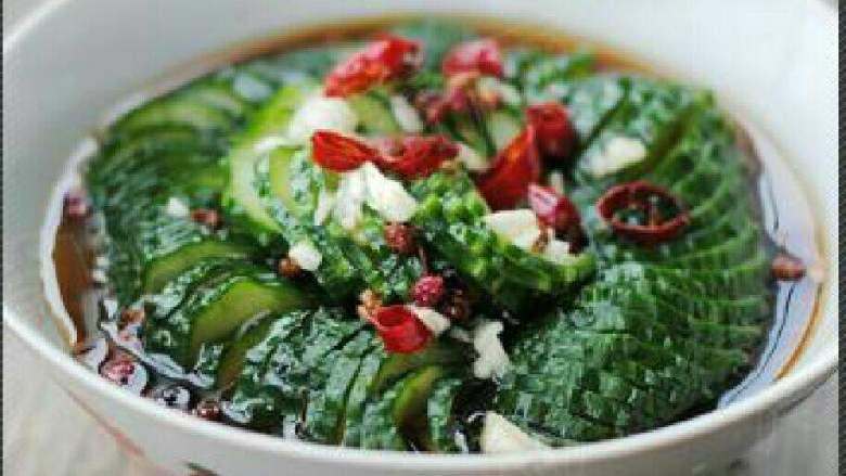 蓑衣黄瓜,将花椒油浇在黄瓜上即可。(不喜欢花椒的就用麻油拌匀)。