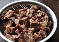 八宝豆豉焖羊肉,将羊肉快用不烫手的热水冲洗干净,沥干水分备用