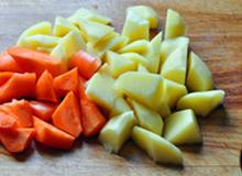 八宝豆豉焖羊肉,土豆、胡萝卜切滚刀块儿备用