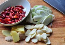 八宝豆豉焖羊肉,葱姜蒜切片,干红辣椒剪成段儿备用