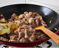 八宝豆豉焖羊肉,下入羊肉和料酒,转大火迅速翻炒2、3分钟