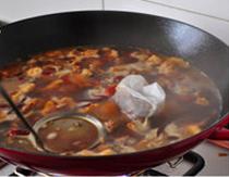 八宝豆豉焖羊肉,加入适量开水,没过羊肉,加入调料包,大火煮开后,打去浮沫