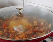 八宝豆豉焖羊肉,转小火,盖上锅盖,慢慢焖炖至羊肉熟透,大约1到2个小时