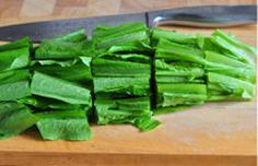 麻汁油麦菜,油麦菜洗净控干水分,切成4、5cm长的小段儿