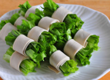 麻汁油麦菜,取适量油麦菜段儿,用豆腐皮卷起来,摆在盘中