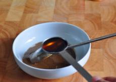 麻汁油麦菜,芝麻酱和甜面酱放进小碗,加入香油,充分搅拌,将芝麻酱和甜面酱解开