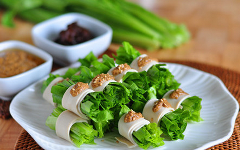麻汁油麦菜,将油麦菜豆皮卷和酱汁一起上桌,还可以再准备点儿豆瓣酱之类其他自己喜欢的酱料,蘸食