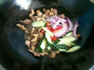 爆炒鸡胗,锅内放少许油,加入姜片,爆香,倒入鸡胗和洋葱等,翻炒。