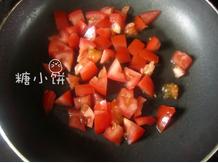 鲜虾焗饭,番茄洗净去蒂,切成小块,放入锅中加橄榄油翻炒一下