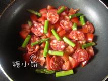 鲜虾焗饭,铺上切片的chorizo辣肠和洗净切段的芦笋尖