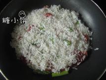鲜虾焗饭,铺上淘洗干净的米