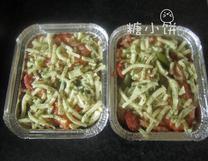 鲜虾焗饭,煮好的饭放入可以进烤箱的容器中 ,表面撒上马苏里拉芝士,干欧芹碎和迷迭香