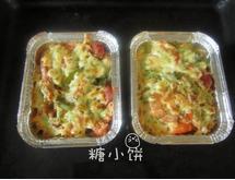 鲜虾焗饭,送入预热好180℃的烤箱中,看到芝士融化表面微黄即可取出