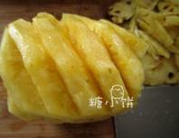 烤菠萝花,菠萝切去外皮