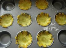 烤菠萝花,送入烤箱中上层,100℃循环热风慢慢烤,菠萝片失水变干