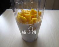 杨枝甘露,一只芒果的果肉(约135G)加牛奶、椰浆还有白砂糖混合