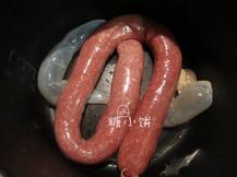 黑椒牛肉脆皮肠,通过漏斗将搅好的肉糜灌入肠衣中
