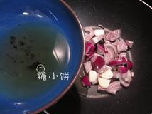 7分烤牛肉,准备黑椒汁:取2汤匙收集到的牛油加切碎的洋葱和独头蒜炒香