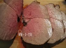 7分烤牛肉,将静置好的牛肉切片装盘,蘸黑椒汁配食即可