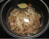 红油豉香墨鱼条,清水中放入香叶1片,花椒5-6颗,八角1个,桂皮1段,姜3片,加入切好的墨鱼条煮熟,捞出沥水后用凉开水激一下