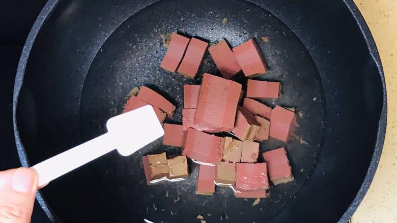 酸辣豆腐,<a style='color:red;display:inline-block;' href='/shicai/ 316'>鸭血</a>切成块,加入锅里,加盐