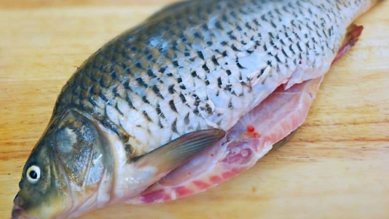 酱焖鲤鱼,鲤鱼控干水份刮去鳞片
