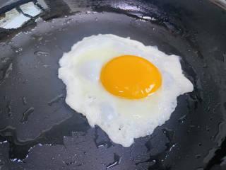 糖醋鸡蛋,锅中加入适量食用油,打入鸡蛋