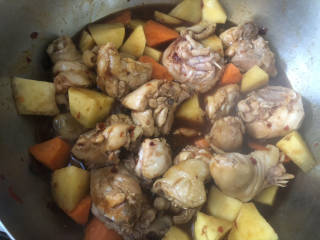 大盘鸡拌面,加入酱油➕蚝油➕适量清水盖锅盖炖煮。
