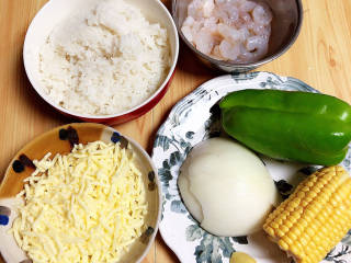 番茄海鲜饭,准备好其他蔬菜、虾仁、芝士碎、米饭。