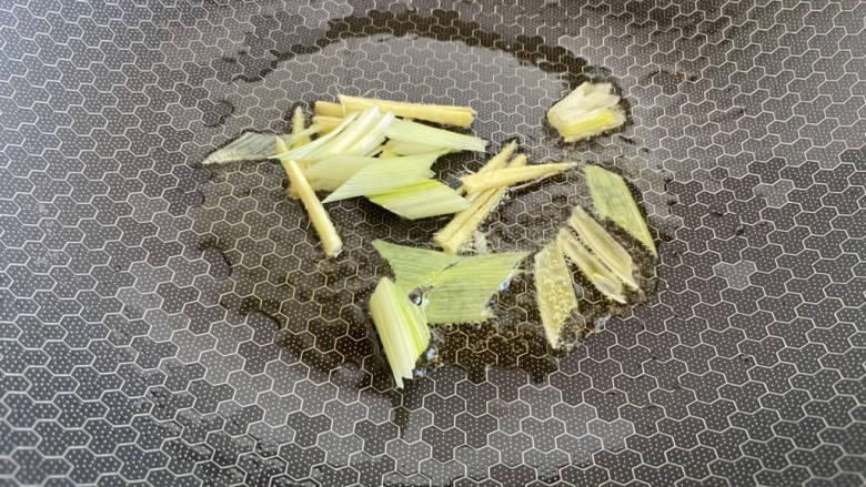 糖醋带鱼,锅中留底油放入姜丝、大葱炒香