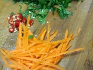 拌千张,红罗卜用容器擦丝  葱和香菜 辣椒切碎
