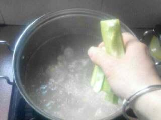 苦瓜黄豆排骨汤,待汤煲浓后加入苦瓜