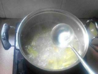 苦瓜黄豆排骨汤,苦瓜煮软了放盐鸡精即可出锅了