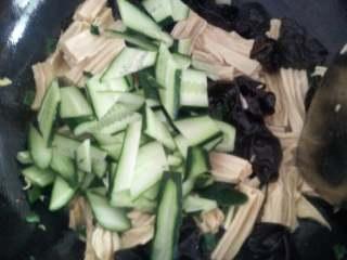 腐竹木耳炒黄瓜,放入切好的黄瓜片