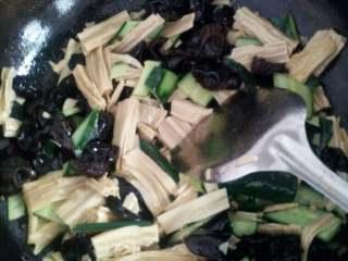 腐竹木耳炒黄瓜,翻炒均匀,放盐生抽和香醋调味