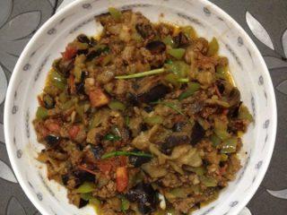 妈妈风味茄子,等番茄丁有些烂了,再将茄子、肉末倒进去翻炒,加适量盐、味精、葱段,再翻炒即可出锅。