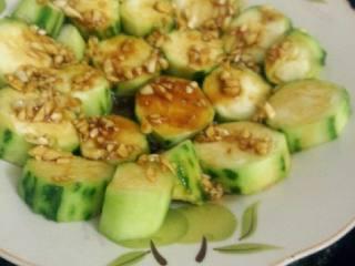 蒜蓉蒸丝瓜,在将酱料倒在丝瓜面上  锅加水烧开把丝瓜放入蒸