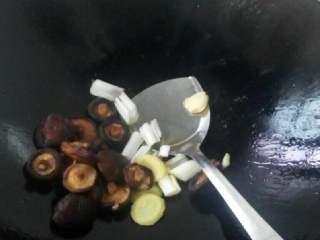 香菇焖五花肉,锅里放入油。放入大葱,姜,香菇爆香