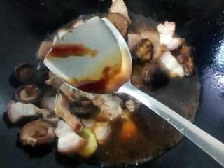 香菇焖五花肉,加入水