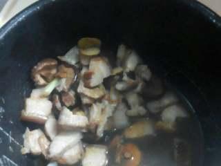 香菇焖五花肉,把所有材料倒入电饭锅。按煮饭键焖煮即可