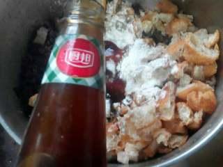 素菜卷,加入生粉。面粉各15克。加入耗油。花生油。一点点盐
