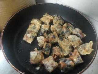 素菜卷,不粘锅放油。把素菜卷煎至表皮金黄即可