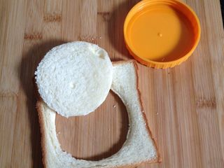 吐司太阳蛋,如图用瓶盖在吐司中间压出个圆片出来