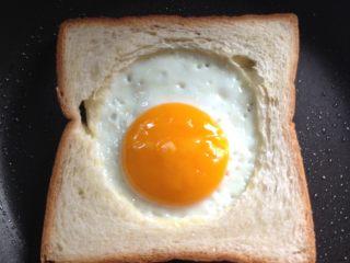 吐司太阳蛋,这是我喜欢的熟度,蛋黄刚刚凝固好
