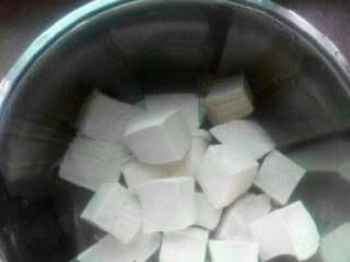 鲫鱼金针菇豆腐汤【两吃】,豆腐切小块