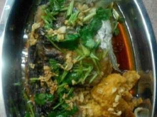 鲫鱼金针菇豆腐汤【两吃】,鲫鱼撒点香菜末,淋上蒸鱼豉油,再起锅爆香蒜末淋上鱼,就成了另一种口味。