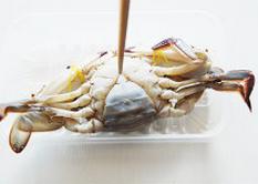 螃蟹,螃蟹从肚脐尖部插入筷子,插到底但不要戳破蟹壳,使其结束生命
