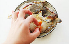 螃蟹,去掉蟹壳上的胃,蟹身上的鳍,大寒的心脏,生姜榨汁待用
