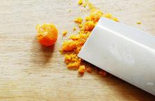 螃蟹,生咸蛋黄放烤箱里以150℃烤18分钟,烤酥后用刀压碎制成咸蛋酥