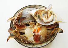 螃蟹,流水下用刷子刷干净螃蟹外壳,打开蟹壳,取出蟹壳上的蟹黄